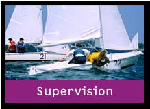 Zwei Segelboote wähend einer Segelausbildung im Segelzentrum. Der Link des Bildes führt zum Bereich Supervision.